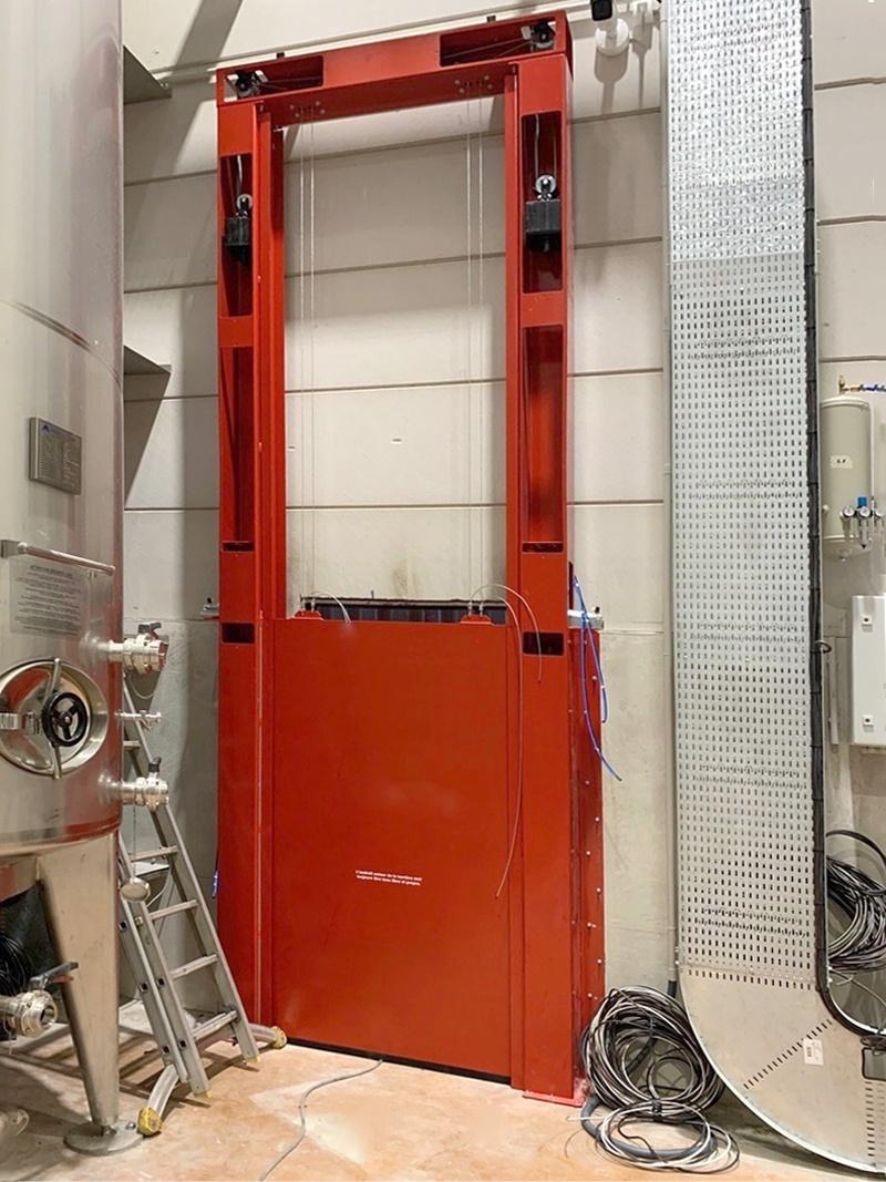 Choix des barrières de rétention des eaux d'extinction d'incendies dans un bâtiment Seveso stockant de très grandes quantités d'alcool.