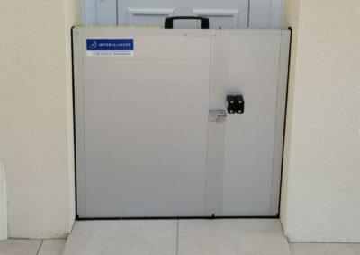 batardeau autobloquant protège une porte de maison